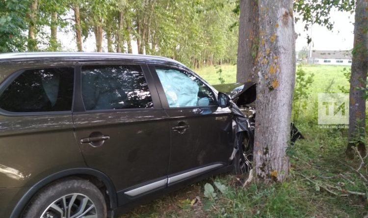В Казани внедорожник вылетел в кювет: его остановило дерево
