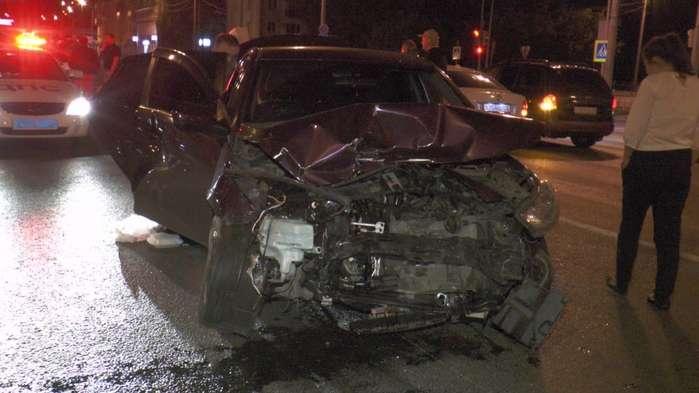 В Казани в заглохший Volkswagen врезался Mercedes: пострадал один человек