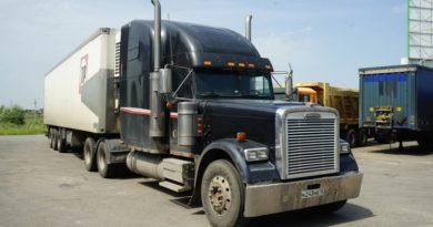 Как устроен классический американский грузовик? Обзор Freightliner FLD120 снаружи и изнутри