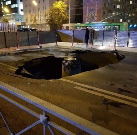 На дороге по улице Ершова появился провал глубиной в 7,5 метров