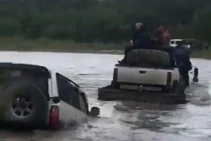 Пятничная подборка интересных видеороликов: на КАМАЗе с Land Cruiser через реку