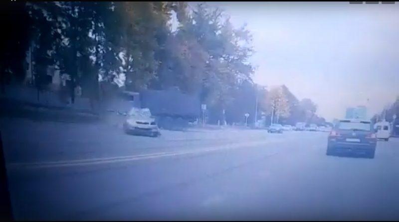 Появилось видео момента столкновения с военным «Камазом» в Казани, где погиб студент