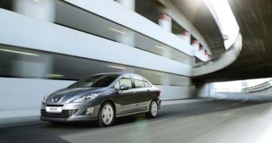 В России рухнули ценники на французские седаны Peugeot 408 и Citroen C4