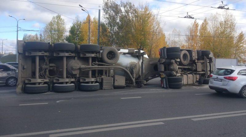 В Казани около Кировской дамбы опрокинулся бетоновоз