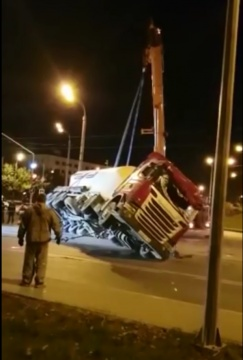 Появилось видео падения бетоновоза в Казани на шесть автомобилей