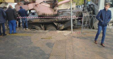 В Казани автокран провалился под асфальт