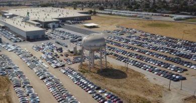 По всей территории США находят парковки с новыми Tesla. Что с ними такое?