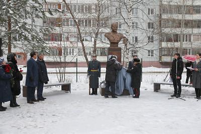 В Казани на территории школы №113 открыли памятник Герою России Марату Ахметшину