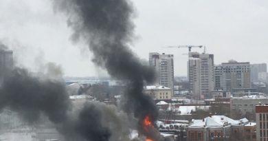 В Казани на стоянке сгорел автобус. Огонь охватил здание