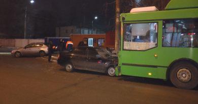 В Казани обиженная девушка угнала у возлюбленного авто и врезалась в троллейбус