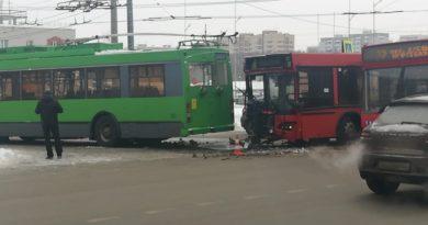 На улице Сахарова автобус столкнулся с троллейбусом: пострадали трое