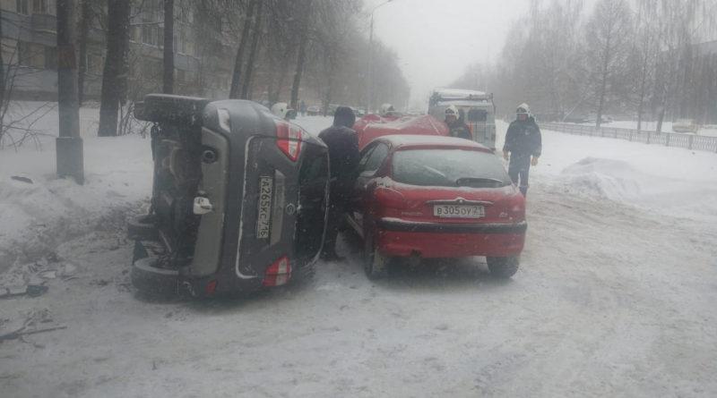 На улице Карбышева Nissan опрокинулся после ДТП