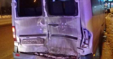 На Проспекте Победы МАЗ врезался в микроавтобус: пострадали 7 пассажиров