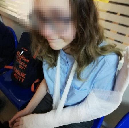 В Казани школьнице в час пик сломало руку дверью. Ей никто не помог