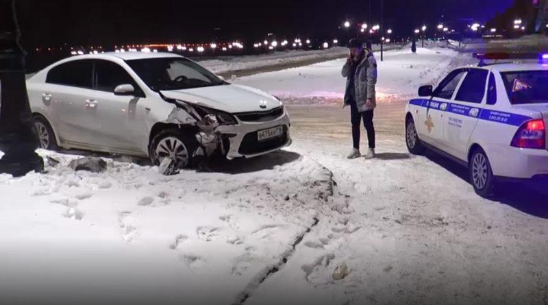 На парковке у Центра семьи «Казан» дрифтующий водитель протаранил столб