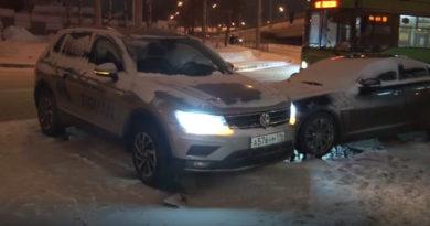 На Танковом кольце водитель Volkswagen во время тест-драйва столкнулся с Jaguar