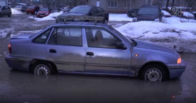 В Казани девушка на Daewoo оказалась в «плену» гигантской лужи на Гагарина
