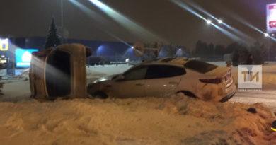 В Казани около Metro KIA врезалась и опрокинула FIAT на бок
