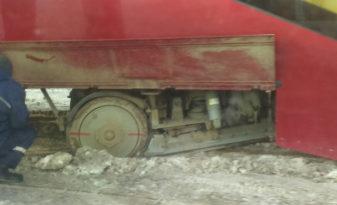В Казани сошедший с рельсов трамвай заблокировал проезд
