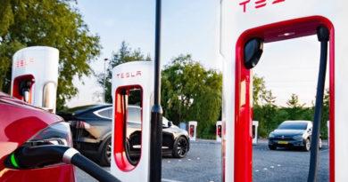 Tesla представила еще более быструю зарядную станцию Supercharger V3