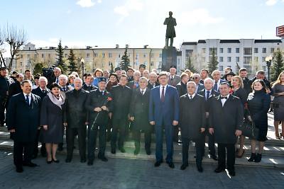 Минниханов, Шаймиев и Мухаметшин возложили цветы к памятнику Тукаю