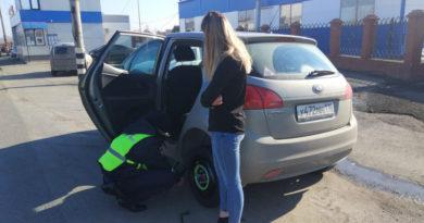В Татарстане девушка на KIA встала на трассе, не поняв, что у нее пробило колесо