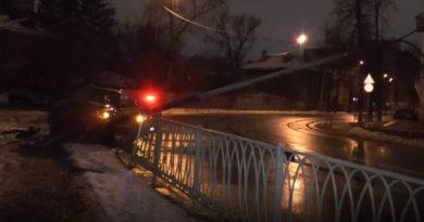 В Казани водитель BMW X5 снес фонарный столб