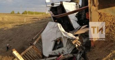 В Татарстане водитель самосвала опрокинул грузовик, упал с моста и погиб