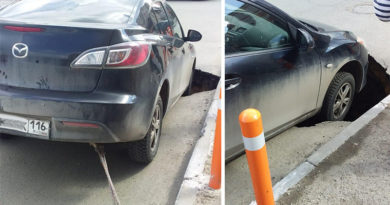 На улице Чистопольская Mazda провалилась в гигантскую яму на дороге
