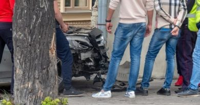 В центре Казани женщина на Mercedes протаранила дом
