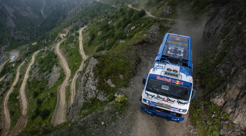КАМАЗ-мастер: Захватывающее дух состязание на D915 – одной из самых опасных дорог в мире