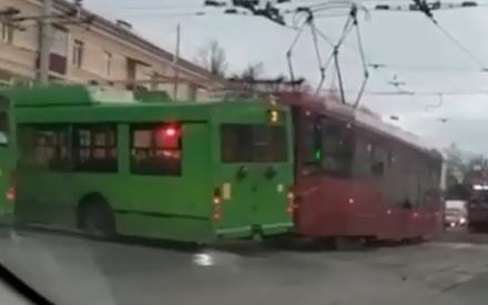 В Казани дорогу не поделили троллейбус и трамвай. Есть пострадавшие
