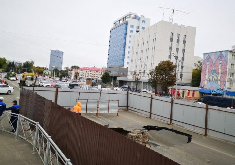 В ГИБДД посоветовали объезжать часть улицы Ершова, где появилась огромная яма