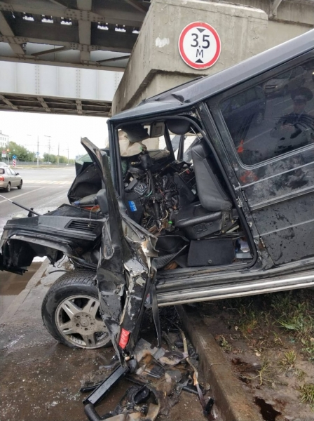 СМИ: погибший водитель Gelandewagen, который врезался в мост в Казани, был угонщиком