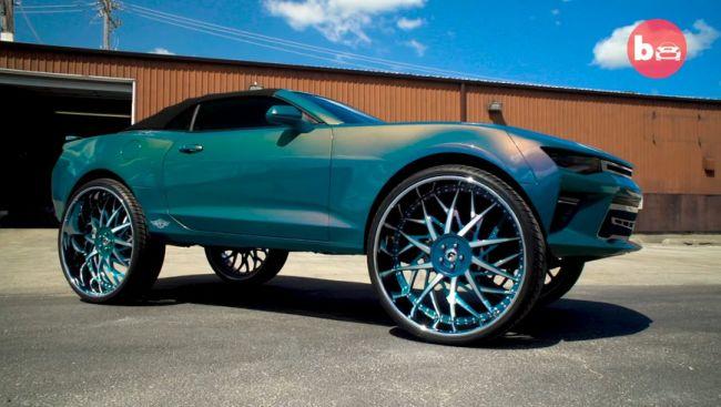 Chevrolet Camaro оснастили огромными колесами и ТВ