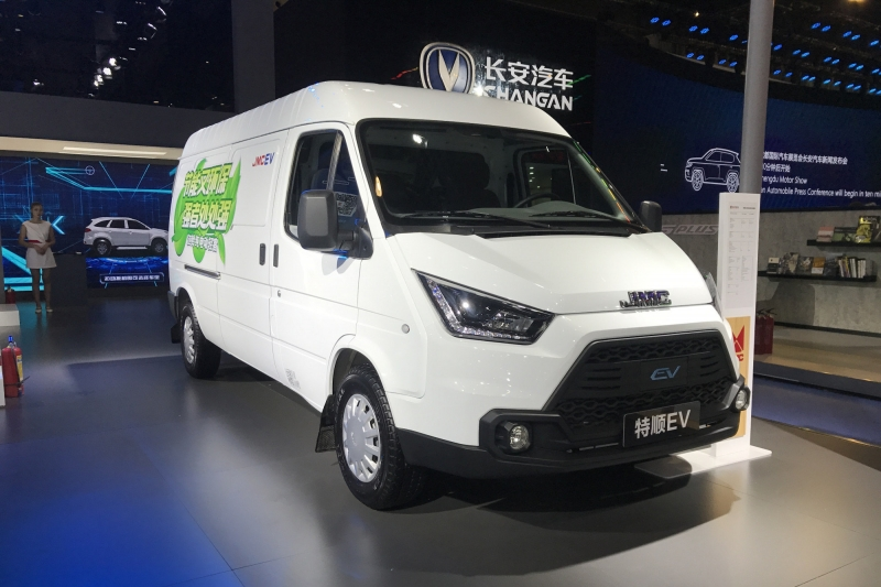 Китайская компания представила электромобиль на базе Ford Transit 1986 года