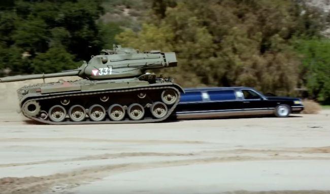Арнольд Шварцнеггер раздавил лимузин танком