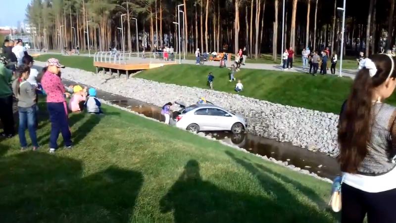 В Альметьевске в городском парке авто с ребенком съехало в речку