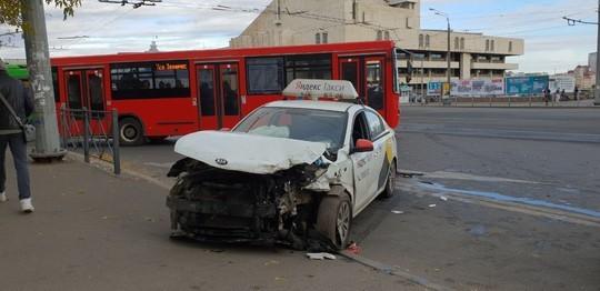 В центре Казани авто «Яндекс.Такси» влетело в «Газель»