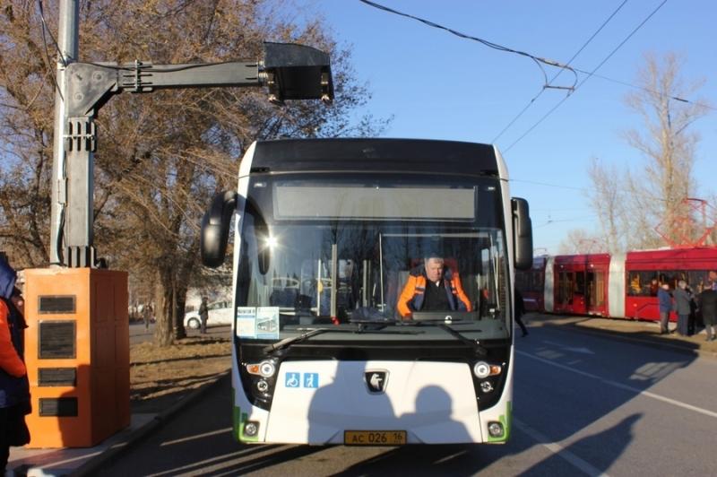 В Казани Минниханову показали электробус, который заменит в городе троллейбус