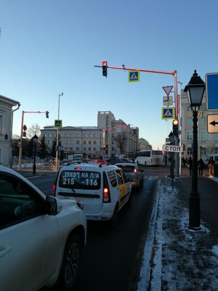 На улице Кремлевская сигналы светофора начали дублировать на опоре