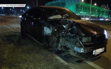 На улице Сибгата Хакима BMW X6 остался без колеса, врезавшись в столб