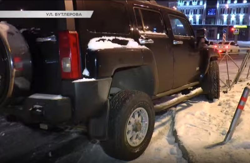 Около ТЦ «Кольцо» водитель Hummer на летней резине снес ограждение