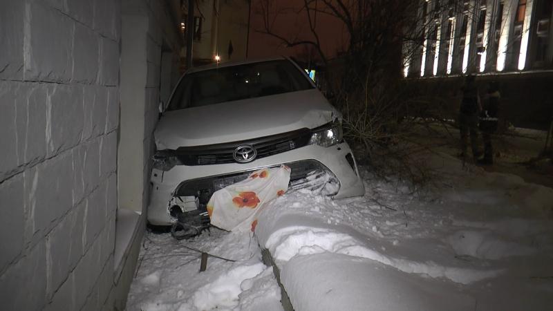 В Казани в жилой дом врезался автомобиль Toyota