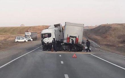 Машина вдребезги: на трассе М-7 в РТ иномарка врезалась в фуру. Погиб человек
