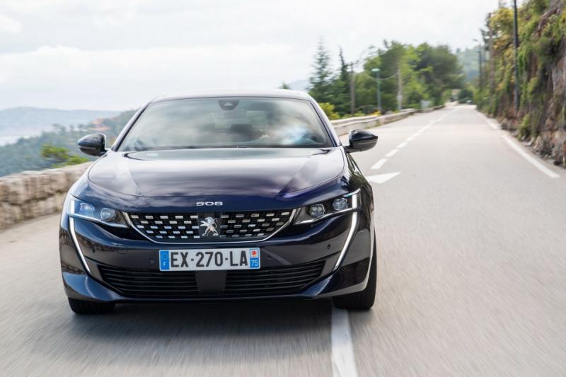 Camry и Optima придется бороться за покупателя: Peugeot готовит к продажам в России новый лифтбек с яркой внешностью