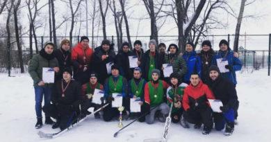 Артисты татарской эстрады сыграли в Казани в хоккей в валенках