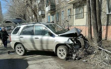 Казанский автомобилист врезался в дерево, чуть не наехав на ребенка с отцом