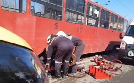 «Она решила протаранить трамвай?»: в соцсетях обсуждают видео наезда трамвая на пешехода в Казани
