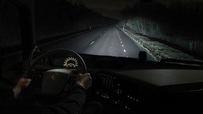 Приемы, позволяющие опытным водителям даже с плохими фарами хорошо видеть ночную дорогу